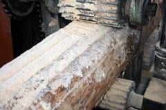 Die alte Werkzeugmaschine für der Protokolle oben sägen Lizenzfreies Stockfoto