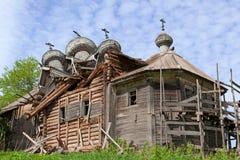 Die alte zerstörte hölzerne Kirche Lizenzfreies Stockbild