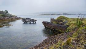 Die alten überschwemmten hölzernen Boote im Wasser des Barentssees, Teribe Lizenzfreie Stockbilder