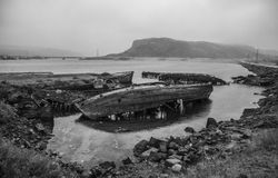 Die alten überschwemmten hölzernen Boote im Wasser des Barentssees, Teribe Lizenzfreies Stockfoto