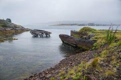 Die alten überschwemmten hölzernen Boote im Wasser des Barentssees, Teribe Stockbild
