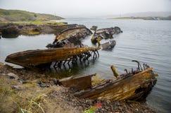 Die alten überschwemmten hölzernen Boote im Wasser des Barentssees, Teribe Lizenzfreie Stockfotografie