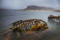 Die alten überschwemmten hölzernen Boote im Wasser des Barentssees, Teribe Stockfotografie