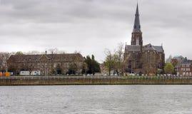 Die alten Häuser, die den Fluss Maas aling sind, haben, Maastricht Bankkonto. Stockbild