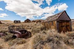 Die alten Häuser und das Auto in der Wüste lizenzfreies stockbild