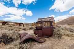 Die alten Häuser und das Auto in der Wüste lizenzfreies stockfoto