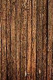 Die alten hölzernen Planken, die mit brauner Farbe gemalt wurden, knackten durch ein rustikales b Lizenzfreie Stockfotos