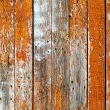 Die alten hölzernen Planken, die mit brauner Farbe gemalt wurden, knackten durch ein rustikales b Lizenzfreie Stockbilder