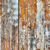 Die alten hölzernen Planken, die mit brauner Farbe gemalt wurden, knackten durch ein rustikales b Stockfotografie