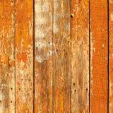 Die alten hölzernen Planken, die mit brauner Farbe gemalt wurden, knackten durch ein rustikales b Lizenzfreie Stockfotografie