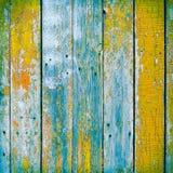 Die alten hölzernen Planken, die mit Farbe gemalt wurden, knackten durch ein rustikales backgro Stockfotografie