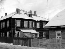 Die alten Holzhäuser entlang der Straße Stockfotos