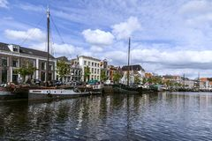 Die alten Kanäle von Zwolle mit schönen alten Lastkähnen auf dem Kai lizenzfreie stockfotos
