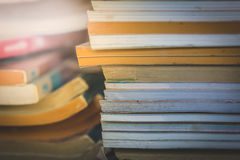 Die alten Praxisbücher mit Licht Stockfotografie