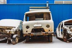 Die alten rostigen defekten Autos auf einem Dump lizenzfreie stockfotos