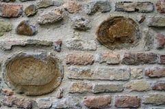 Die alten Stadtmauern des Steins und des Ziegelsteines Stockfotos