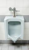 Die alten Toiletten in der Manntoilette Stockbild