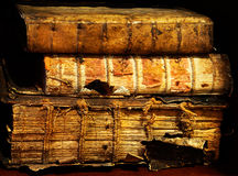 Die alten und alten Bücher auf einem Regal Stockfoto