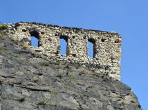 Die alten Wände auf dem Felsen stockbild
