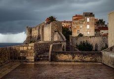 Die alten Wände von Dubrovnik stockbilder