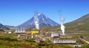 Die alternative Energie der Geothermiestation auf Halbinsel Kamtschatka lizenzfreies stockfoto