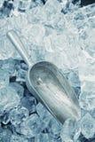 Die Aluminiumschaufel und das Eis Stockbilder