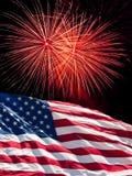 Die amerikanische Flagge und die Feuerwerke Lizenzfreie Stockfotos
