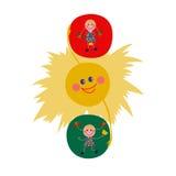 Die Ampel besteht die Sonne und die Mädchen Lizenzfreie Stockfotos