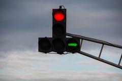 Die Ampel mit rotem Licht und der Fähigkeit nach rechts abzubiegen stockbild
