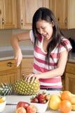 Die Ananas schneiden glücklich Stockbild