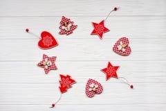 Die angegebene Strecke des Weihnachten spielt auf einem weißen hölzernen Hintergrund Abbildung innen Glückliches neues Jahr Flach Stockfotografie