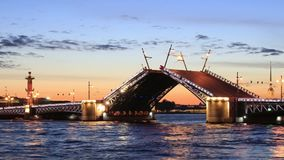 Die angehobene Palastbrücke nachts weiße stock footage