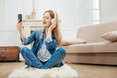 Die angespornte Frau, die Musik mit ihren Augen hört, schloss Lizenzfreie Stockfotografie
