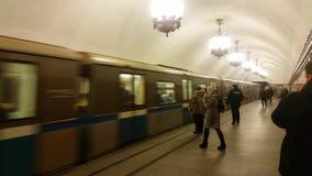 Die Ankunft des Zugs an der Plattform stock video