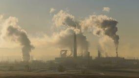 Die Anlage raucht weißen Rauch Zuckerfabrik stock video footage
