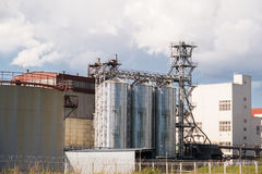 Die Anlage von Haushaltschemikalien mit den Metallbehältern und -rohren Stockfotos