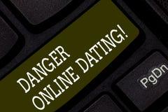 Die Anmerkung schreiben, welche die online datierende Gefahr zeigt Geschäftsfoto, welches das Risiko der Sitzung zur Schau stellt stockfoto