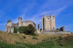 Die Annäherung an Conisbrough-Schloss am ersten Tag des Herbstes lizenzfreie stockfotografie