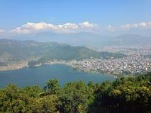 Die Annapurna-Strecke und der Phewa See, Pokhara lizenzfreie stockbilder
