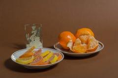 Die Anordnung des neuen Jahres mit Tangerinen stockfoto