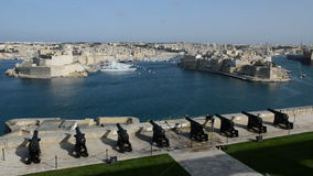 Die Ansicht über Birgu und Yachtjachthafen stock video