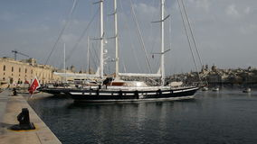 Die Ansicht über Birgu und Yachtjachthafen stock video footage
