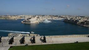 Die Ansicht über Birgu und Yachtjachthafen stock footage