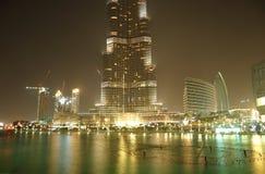 Die Ansicht über Burj Khalifa und künstlicher See Stockbild