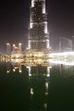 Die Ansicht über Burj Khalifa und künstlicher See Lizenzfreie Stockbilder