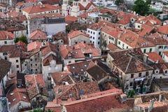 Die Ansicht über Dächer der roten Fliesen der alten Mitte von Kotor, Monten Lizenzfreie Stockfotografie