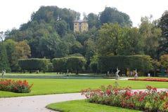 Die Ansicht über den Park nahe zum Errichten mit bunten Blumen im sonnigen Tag Lizenzfreie Stockfotografie