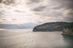 Die Ansicht über die adriatische Seeküste, die Sonne strahlt kommendes throug aus Stockbild
