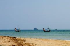 Die Ansicht über die Boote im Meer vom sandigen Strand, Thailand Lizenzfreies Stockbild