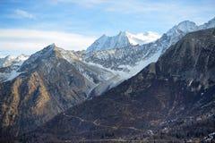 Die Ansicht über Dolomiti-Berge in Skigebiet Passo Tonale Lizenzfreie Stockbilder